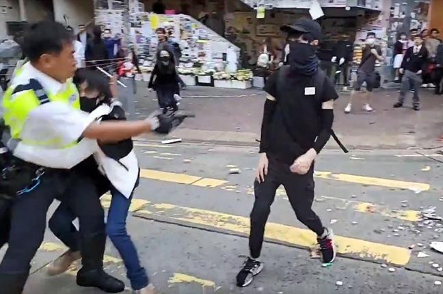 Hong Kong: Sinh vien bi bán, cong nhan bi dot giua lan song bieu tinh