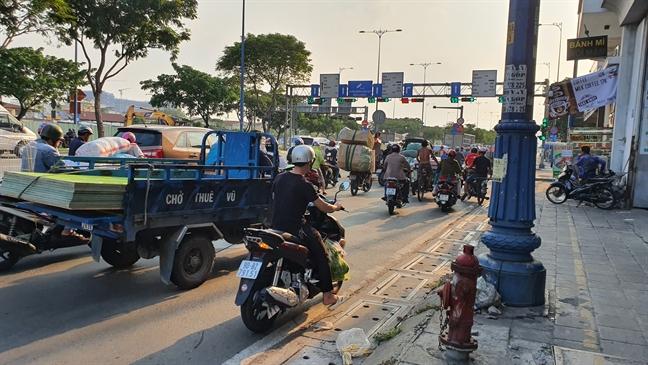 Biet doi xe gan may 'dan tran' cho hang cong kenh tren dai lo Vo Van Kiet