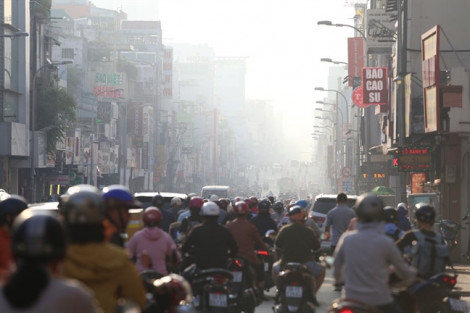 Sài Gòn nắng lên nhưng lạnh vào sáng sớm, người dân thích thú diện áo ấm ra đường
