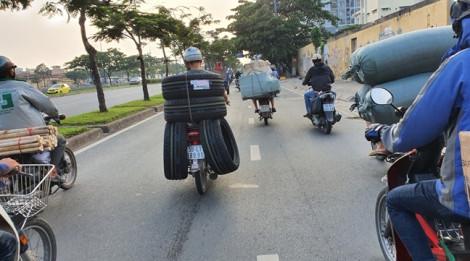 Biệt đội xe gắn máy 'dàn trận' chở hàng cồng kềnh trên đại lộ Võ Văn Kiệt
