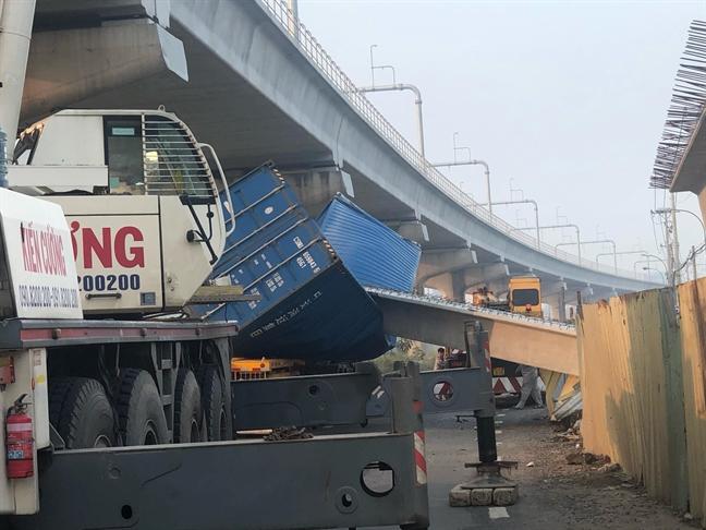 Khoi be tong dam cau vuot tren xa lo Ha Noi roi, de bep thung container