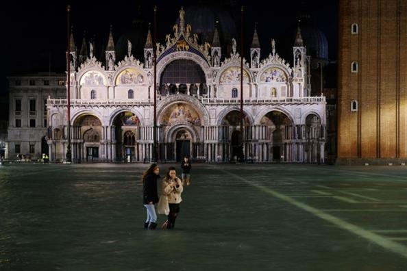 Venice ban hanh bao dong thien tai khan cap khi thanh pho chim trong nuoc bien