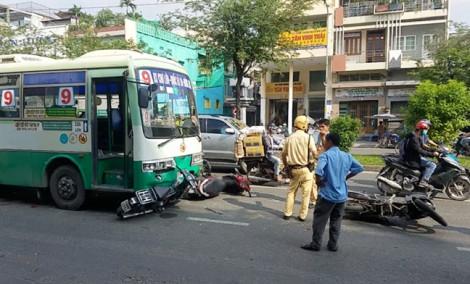 Xe buýt tông 8 xe máy chờ đèn đỏ ở quận 6, 10 người bị thương