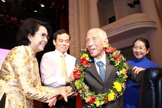 Hoi Lien hiep Phu nu TP.HCM nhan Giai thuong 'Dai doan ket toan dan toc TP.HCM' lan thu I nam 2019