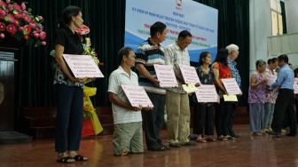 Quận 5 trao tặng phương tiện sinh kế cho người nghèo