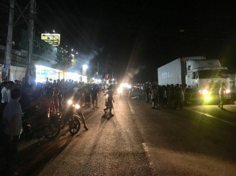 Hàng trăm người vây xem tai nạn chết người, gây khó khăn cho công tác khám nghiệm