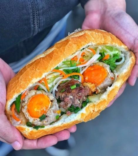 Tiệm bánh mì kết hợp với trứng muối độc lạ bánh hơn 600 chiếc mỗi ngày