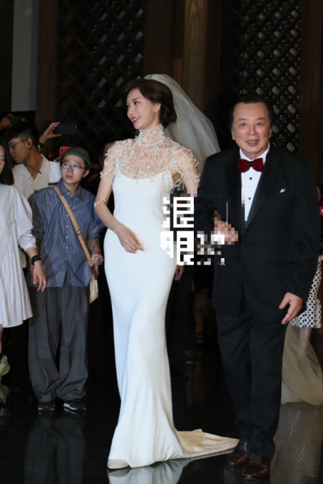 Lâm Chí Linh lộng lẫy lên xe hoa ở tuổi 45
