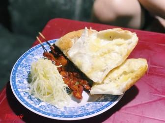 Món bánh mì độc lạ đến từ Campuchia đang làm say mê thực khách Sài Gòn