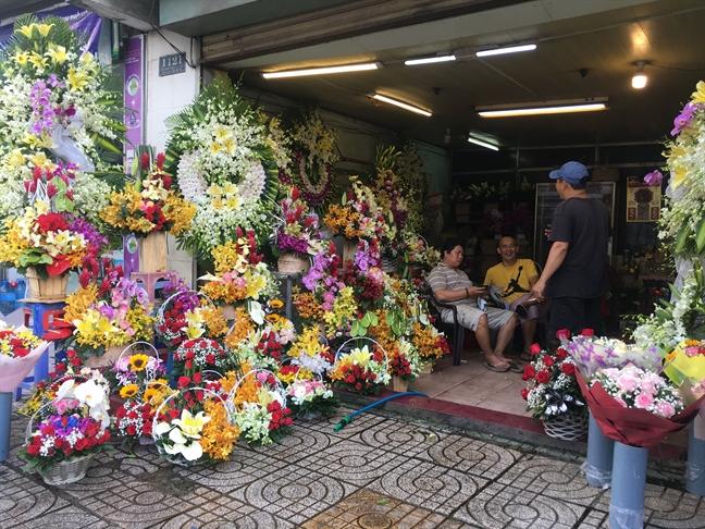 Hoa 20/11 e am do truong hoc khong nhan hoa, tiep khach