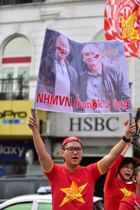 Hang tram nguoi dieu hanh quanh Ha Noi 'tiep lua' cho doi tuyen Viet Nam