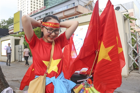 Nguoi Sai Gon treo co khap pho phuong de co vu tran dau Viet Nam – Thai Lan