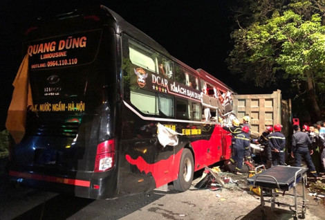 Huy động hàng chục cảnh sát giải cứu 3 người mắc kẹt trong xe khách biến dạng