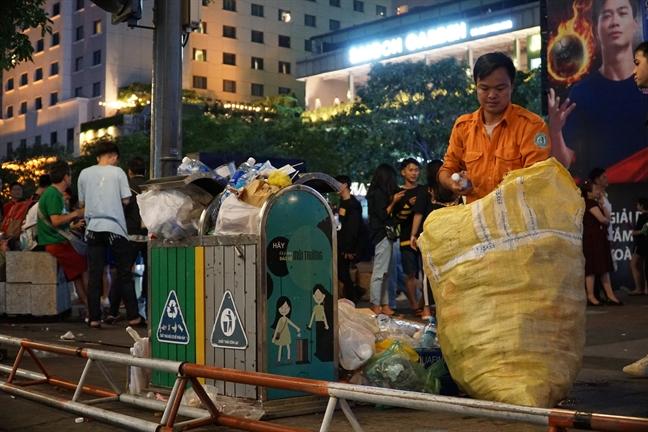 Sinh vien gom rac tran lan tren duong Nguyen Hue sau tran dau Viet Nam - Thai Lan