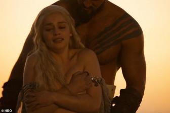'Mẹ rồng' Emilia Clarke mặc cảm vì khoả thân quá nhiều
