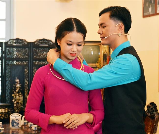 Tai hien man Cong tu Bac Lieu trao kieng vang cho nguoi dep