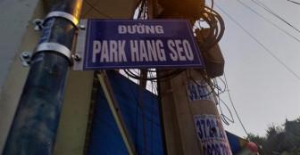 Người Sài Gòn thích thú check-in dưới bảng tên đường Park Hang-seo