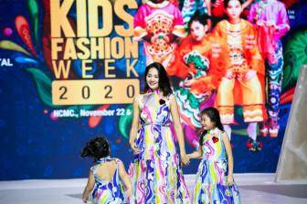 Hoa hậu Hương Giang cùng hai con tinh nghịch trên sàn diễn