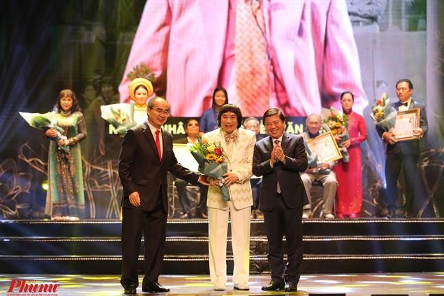 Vao vai Luu Binh o tuoi 70, Minh Vuong van khien khan gia vo tay ran ran