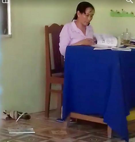 Cô giáo ném vở học sinh bị kỷ luật