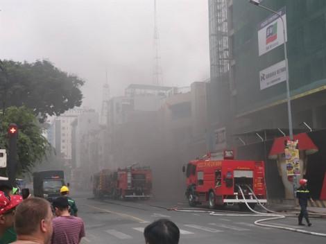 Cháy cao ốc đang xây ngay giữa trung tâm Sài Gòn