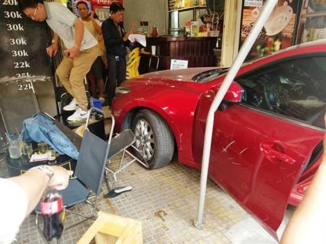 Chạy thục mạng khi xe hơi lao vào quán cà phê Chạy
