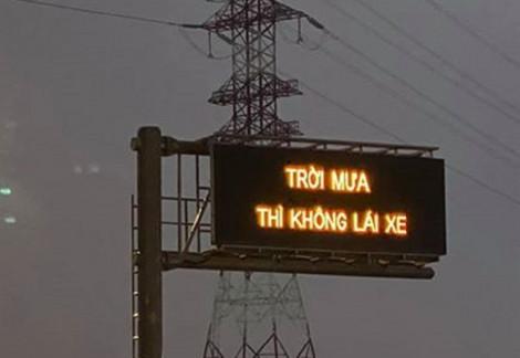 Dòng chữ 'trời mưa thì không lái xe' trên bảng điện tử cao tốc, thật hay đùa!
