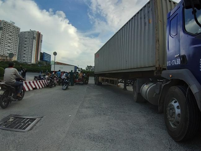 Doi vo chong bi xe container can thuong vong trong lan duong danh cho o to
