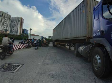 Đôi vợ chồng bị xe container cán thương vong trong làn đường dành cho ô tô