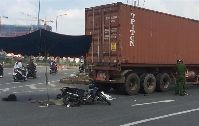Bi xe container lua, 3 nguoi trong mot gia dinh thuong vong