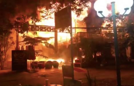 Hơn 70 người chen lấn nhau chạy khỏi đám cháy quán bar trong đêm