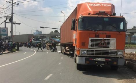Bị xe container lùa, 3 người trong một gia đình thương vong