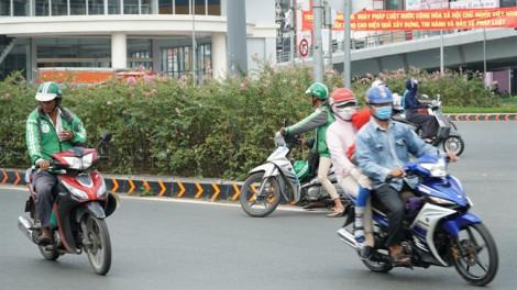 Nhiều tài xế xe ôm công nghệ 'vô tư' vi phạm an toàn giao thông trong tháng tuần tra cao điểm