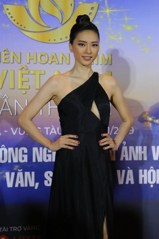 Truong Ngoc Anh do dang voi Ngo Thanh Van tren tham do
