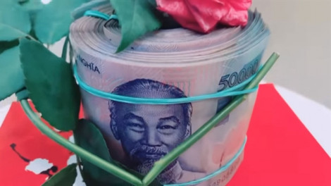 Vì sao chị em bàn tán cách tặng cục tiền cho vợ của Công Vinh?