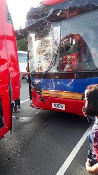 Xe buýt chở đoàn vận động viên Việt Nam và Lào đâm vào nhau trên đường đến lễ khai mạc SEA Games 30