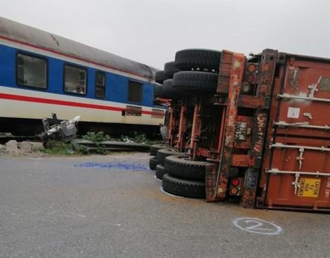 Cố băng qua đường sắt, container bị tàu đâm đứt đôi