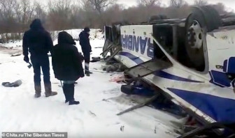 40 người thương vong khi chiếc xe buýt lao khỏi cầu, rơi xuống dòng sông đóng băng