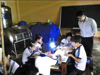 Người thầy mang bệnh 'máu chảy mãi' và giấc mơ dạy chữ cho trẻ ở đảo nghèo