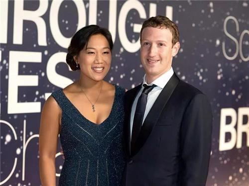 Bi quyet hen ho giup vo chong ong chu Facebook 10 nam chua chan nhau
