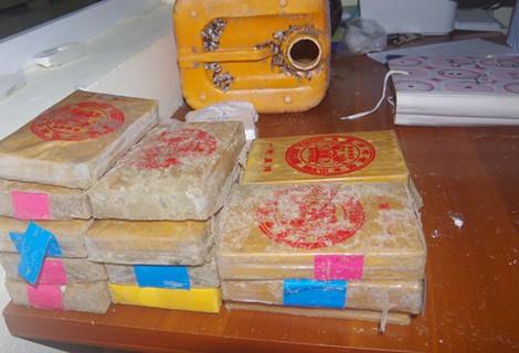 Dân làng chài Quảng Nam nhặt thêm một bánh nghi heroin trôi dạt vào bờ biển