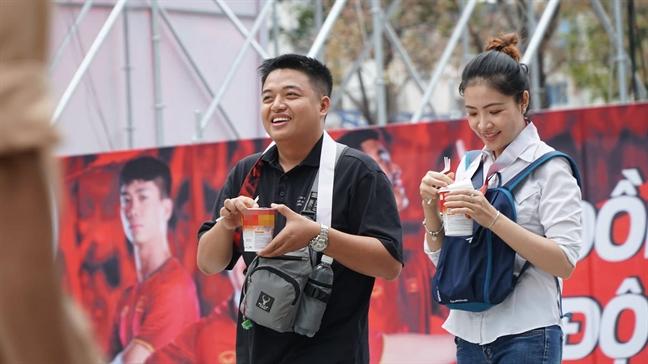 'Tiep te' mi goi phuc vu co dong vien tran Viet Nam – Thai Lan tai duong di bo Nguyen Hue