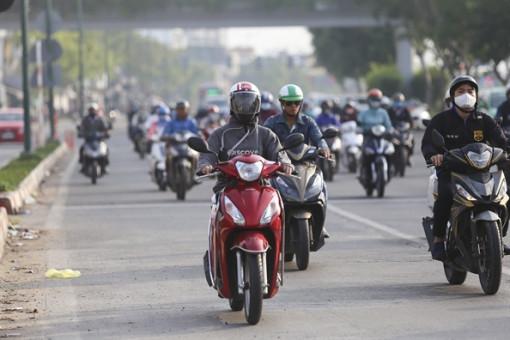 Trời trở lạnh, người Sài Gòn quàng khăn, mặc áo ấm khi ra đường