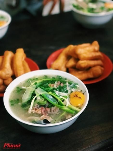 Ra Hà Nội, một lần thử xếp hàng ăn phở Bát Đàn gia truyền