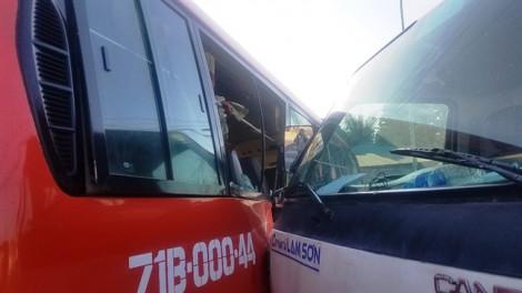 Xe khách bị ô tô tải tông văng giữa ngã tư, 5 người bị thương nặng