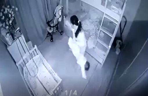 Bé gái 14 tháng tuổi bị người giúp việc cầm 2 chân dốc ngược xuống vì không chịu ngủ