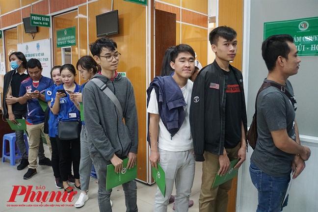 Sinh vien Lao, Campuchia vui mung khi duoc kham chua benh mien phi tai Viet Nam