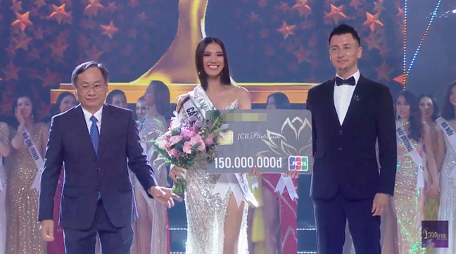 Nguyen Tran Khanh Van dang quang 'Hoa hau Hoan vu Viet Nam 2019'