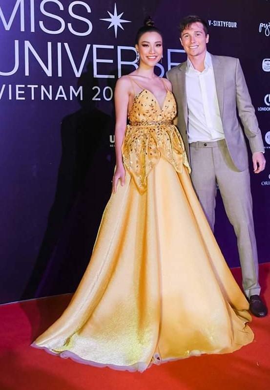 Thanh Hang noi bat, vo chong Hoang Oanh tinh tu tren tham do