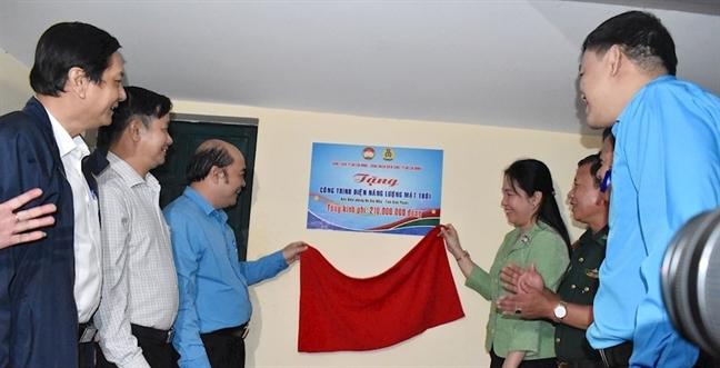 Cong doan Vien chuc TP.HCM trao tang he thong dien mat troi cho Don Bien phong Bu Gia Map